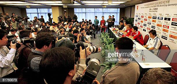 Members of the Chinese media crowd the room during a press conference by China national team coach Arie Haan of Holland 16 November 2004 in Guangzhou...