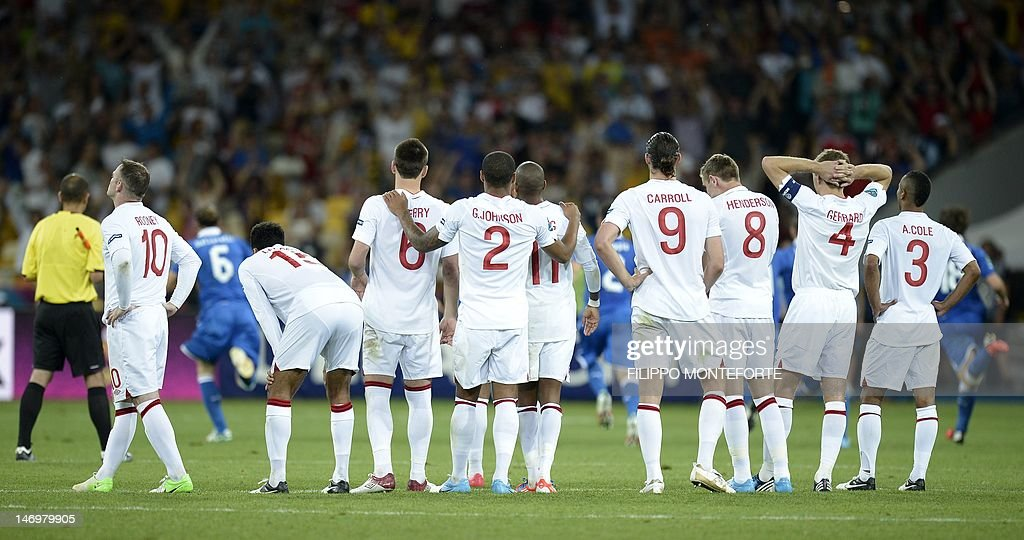 Members of the English squad react after : News Photo