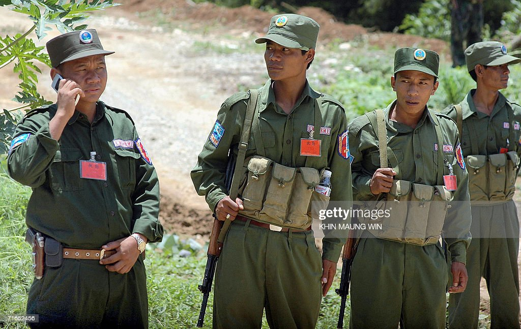 Members of the ethnic Wa Army stand guar : News Photo