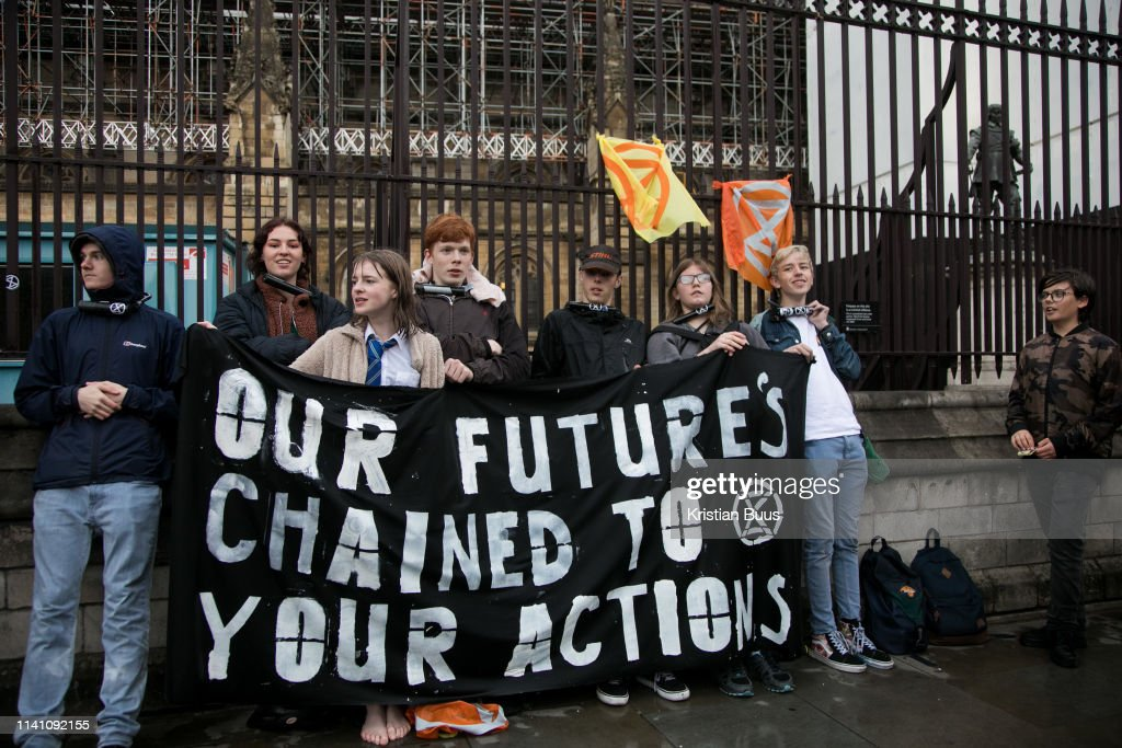 Extinction Rebellion Youths Locked On To Parliament In Direct Action Against Climate Change : Nachrichtenfoto