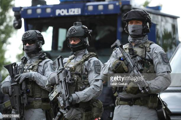 Members of the federal police BFE Plus anti-terror unit hold Heckler & Koch G36C and an MP5 submachine guns prior to a visit by German Interior...
