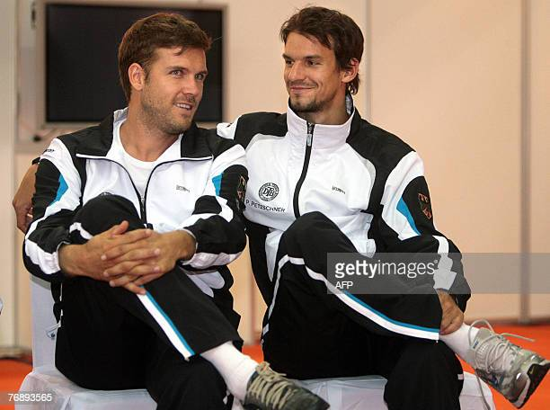 Members of the German Davis Cup men's tennis team Philipp Petzschner and Alexander Waske smile 20 Sepetmber 2007 in Moscow during the draw for the...