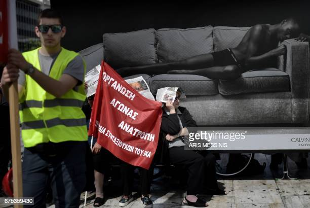 Members of the Greek communist labour union demonstrate in central Athens during the May Day celebrations on May 1 2017 / AFP PHOTO / ARIS MESSINIS