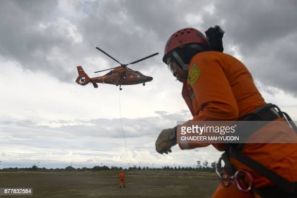 Members of the Indonesian search and rescue team participate in a drill in Banda Aceh on November 23 2017 / AFP PHOTO / CHAIDEER MAHYUDDIN