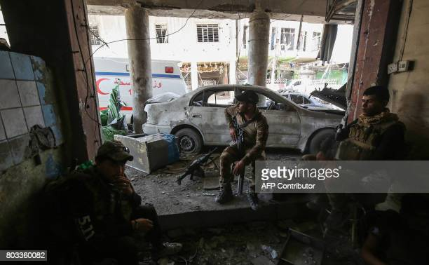 TOPSHOT Members of the Iraqi CounterTerrorism Service rest while advancing towards the Grand Mosque of Nuri in the Old City of Mosul on June 29...