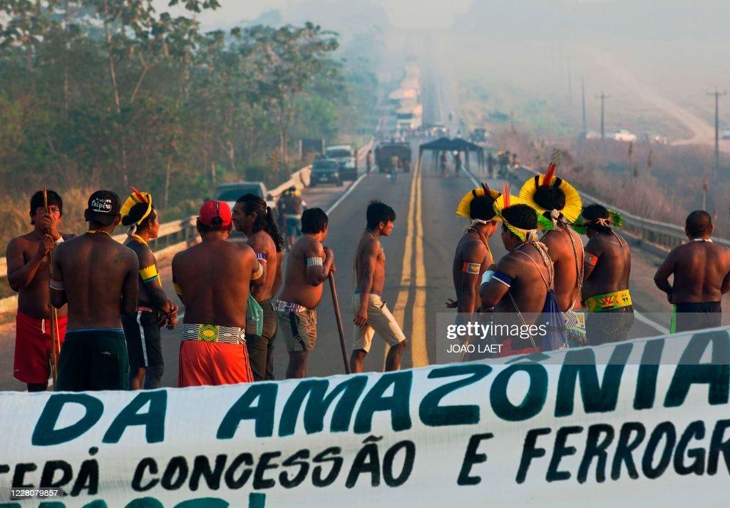 TOPSHOT-BRAZIL-ENVIRONMENT-INDIGENOUS-HEALTH-VIRUS-PROTEST : News Photo