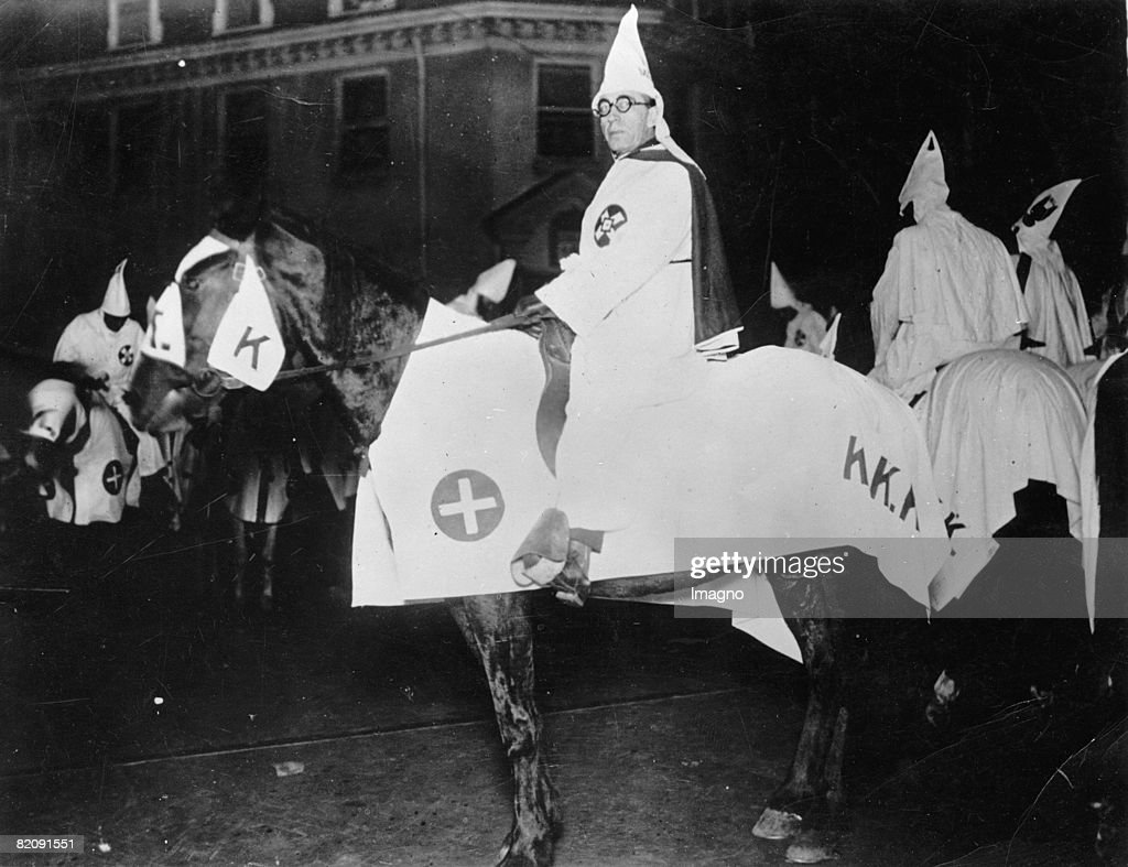 Members of the Ku Klux Klan on their horses, Photograph, America, Around 1925 : Nieuwsfoto's
