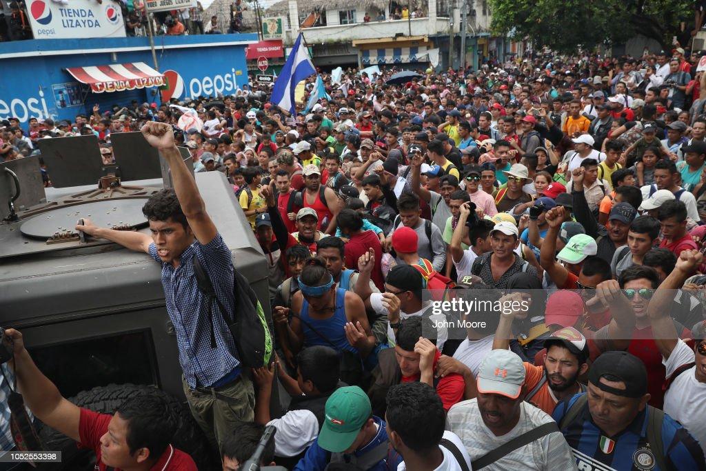 Migrant Caravan Crosses Into Mexico From Guatemala : Nieuwsfoto's