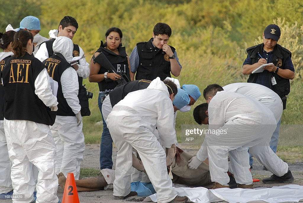 Members of the Ministerial Police carry one of five bodies found at the Apodaca Municipality in Nuevo Leon State, Mexico, on June 16, 2010. A bloody battle between drug cartels in Mexico since 2006 has left over 22,700 dead, despite the deployment of about 50,000 soldiers in different parts of Mexico. AFP PHOTO/Dario Leon