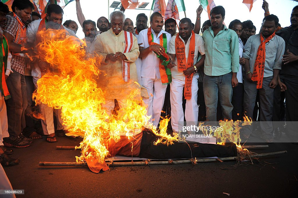 Members of the opposition Bharatiya Janata Party (BJP) burn an effigy representing Central Home Minister Susheel Kumar Shinde during their protest demanding a seperate state of Telangana in Hyderabad on February 1, 2013. The BJP demanded the UPA government announce statehood for Telangana in the southern state of Andhra Pradesh. AFP PHOTO / Noah SEELAM