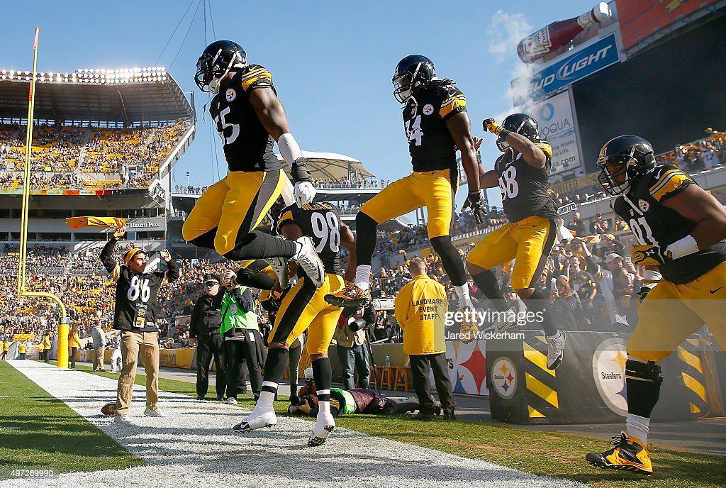 Members of the Pittsburgh Steelers run onto the field before the start of the game against the Cleveland Browns at Heinz Field on November 15, 2015 in Pittsburgh, Pennsylvania.