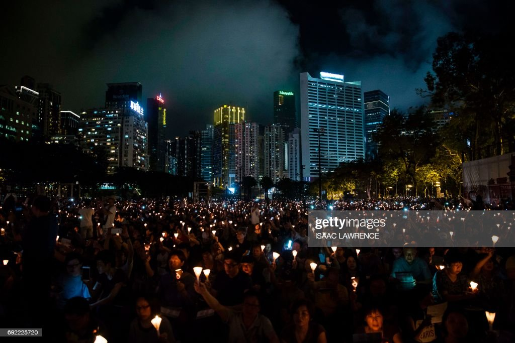 TOPSHOT-HONG-KONG-CHINA-DEMOCRACY-TIANAMEN-VIGIL : News Photo