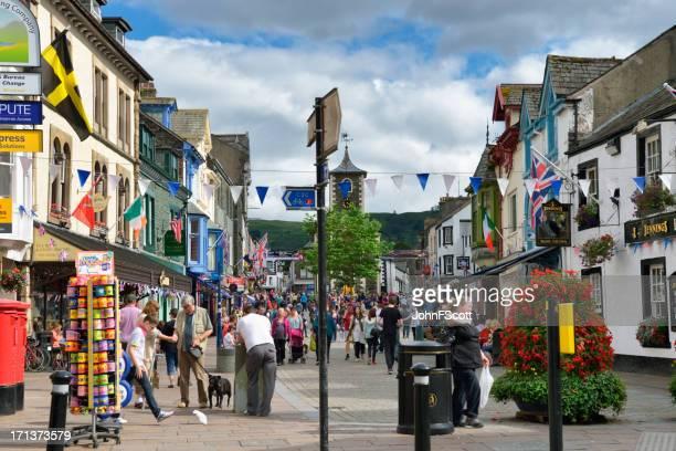 members of the public on the main street in keswick - cumbria stockfoto's en -beelden