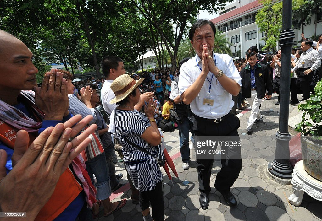 Members of the Puea Thai Party (R), Thailand's leading opposition party, meet anti-government 'Red Shirt' protesters at the police headquarters in downtown Bangkok on May 20, 2010. Thai police escorted thousands of protesters out of a Buddhist temple where they had cowered overnight after nine people were killed there in gunbattles. AFP PHOTO / Bay ISMOYO