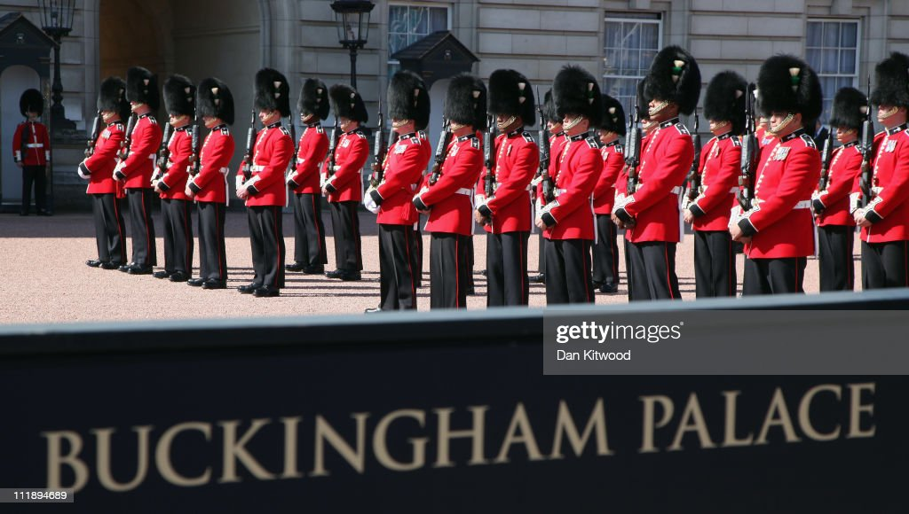 Visitors To London Watch The Changing The Guard At Buckingham Palace : News Photo