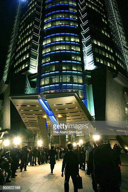 Members of the Special Investigation Department of the Tokyo District Public Prosecutors Office enter Roppongi Hills where Livedoor headquarters are...