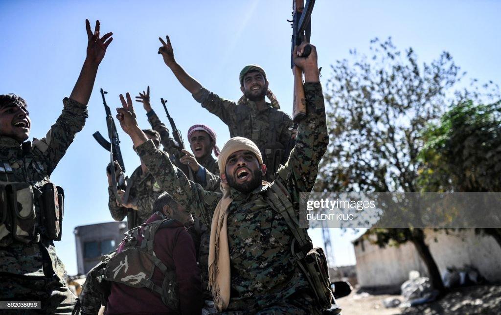 TOPSHOT-SYRIA-RAQA-CONFLICT : Nachrichtenfoto