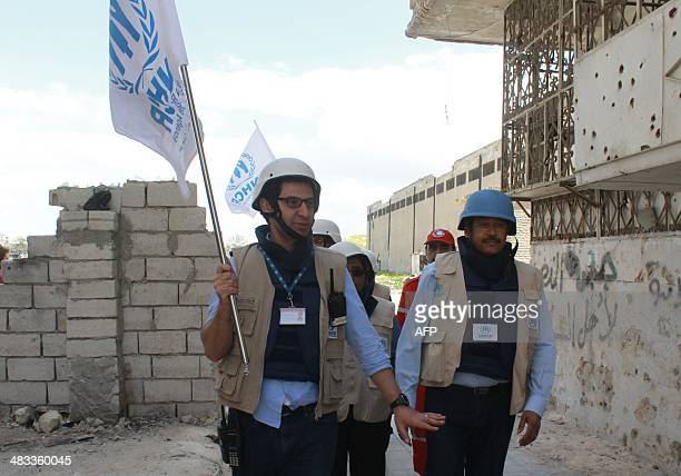 Members of the Syrian Red Crescent and United Nations High Commissioner for Refugees arrive at the rebel controlled Garage alHajz checkpoint in the...