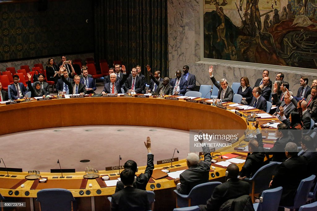 Members of the UN Security Council vote on a Russian-Turkish peace plan for Syria, on December 31, 2016, at UN Headquarters in New York. The vote was unanimous for the ceasefire. / AFP / KENA