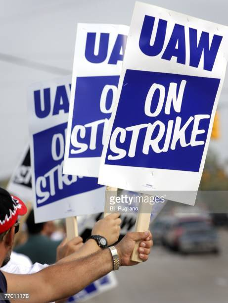 Members of the United Auto Workers hold up signs and strike in front of the General Motors Flint Truck Assembly Plant September 25, 2007 in Flint,...
