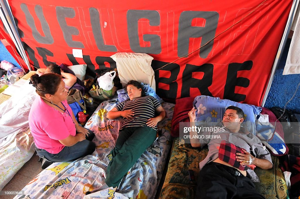 Members of the Workers Union of the National Autonomous University of Honduras stand their 24th day of hunger strike demanding the restitution of 180 dismissed employees, in Tegucigalpa on May 20, 2010. AFP PHOTO/Orlando SIERRA