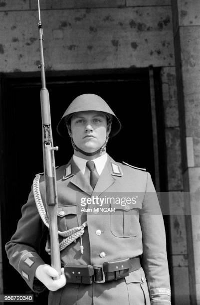 Membre de la Volkspolizei lors des manifestations célébrant le 30ème anniversaire de la fondation de la RDA à BerlinEst le 1er juin 1979 Allemagne