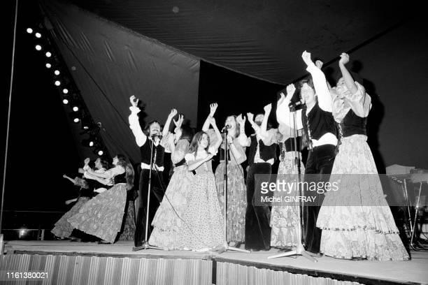 Membres de la secte des 'Enfants de Dieu' sur scène lors d'un spectacle en Californie en 1974 EtatsUnis