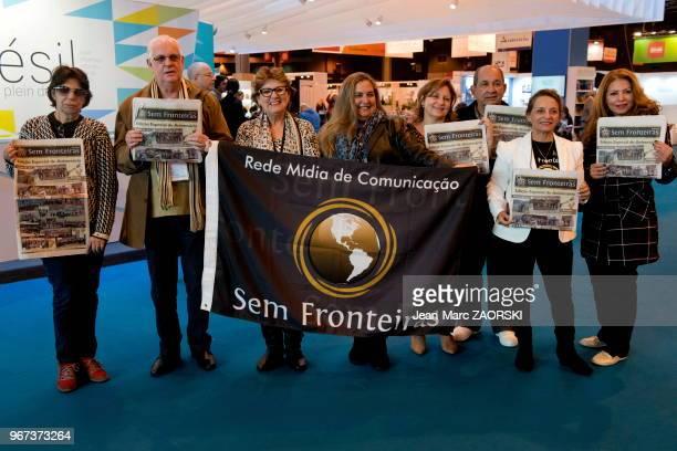 Membres de l'association brésilienne 'Sem Fronteiras' devant le pavillon d'honneur consacré au Brésil invité d'honneur de la 35eme édition du salon...
