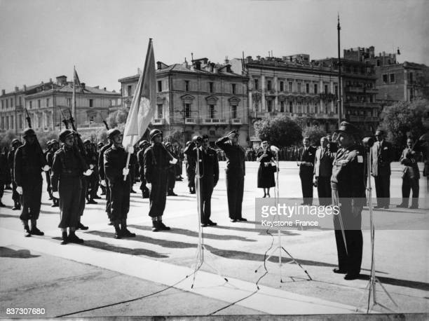 Membres du Détachement grec partant rejoindre le front de la Corée au garde à vous après avoir reçu le drapeau de l'ONU à Athènes Grèce le 26 octobre...