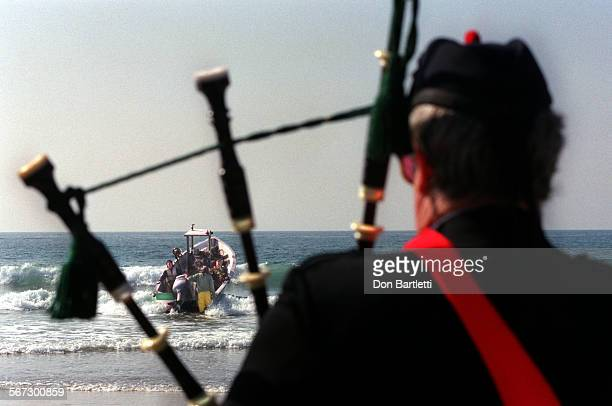 MEMeekDoryDB010898––NewportBeach–– The mornful notes of Amazing Grace are played by bagpiper Jason Bond as Timothy Meek Jr 16 rides a dory through...