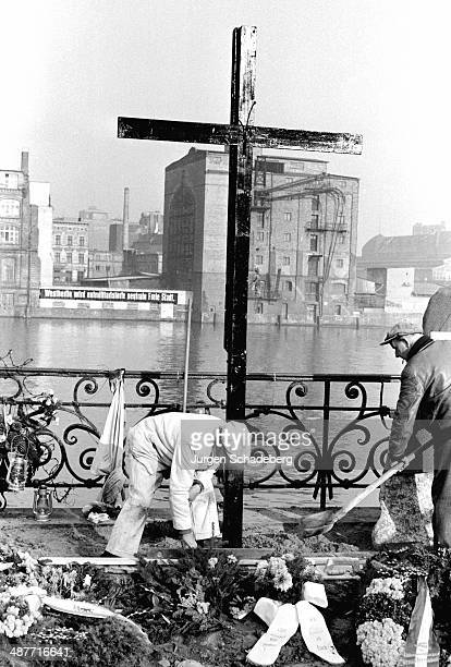 A memorial cross on Gröbenufer Strasse on the River Spree for Udo Düllick Berlin Germany 1961 Düllick became one of the first victims of the Berlin...
