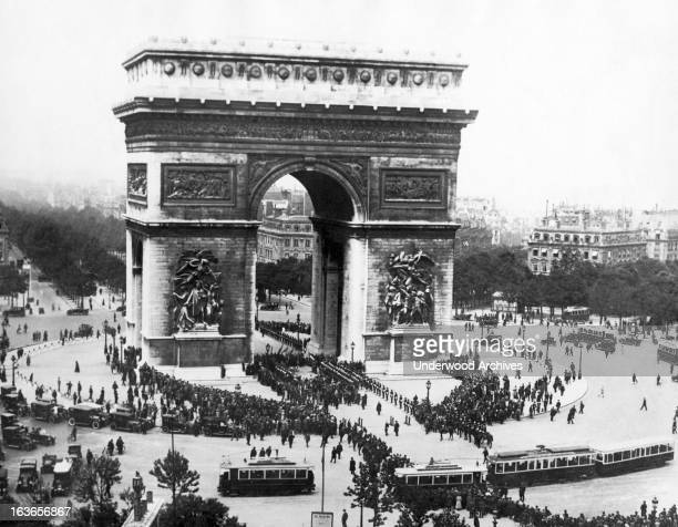 Memorial Day at the Arc de Triomphe de l'Etoile at the western end of the ChampsElysees in Paris Paris France June 9 1923 It honors those who fought...