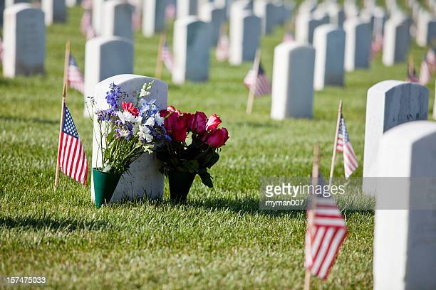 memorial day flowers at the cemetery - memorial day remembrance stock pictures, royalty-free photos & images