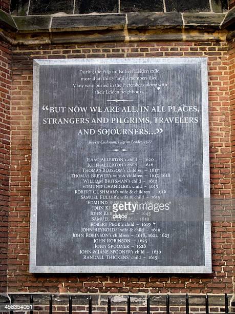 飾り板を pilgrim 父親の教会でライデンオランダ - ライデン ストックフォトと画像