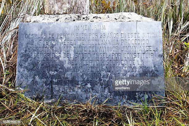 memorial placa en el sitio de aterrizaje de jimmy angel - la gran sabana fotografías e imágenes de stock