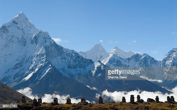 memorials to climbers who have died on mt. everest - mount everest deaths stock photos and pictures