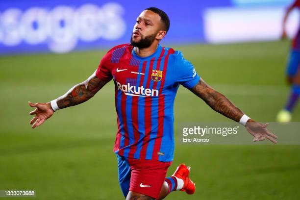 Memphis Depay FC Barcelona celebrates scoring his side's first goal during the Joan Gamper Trophy match between FC Barcelona and Juventus at Estadi...