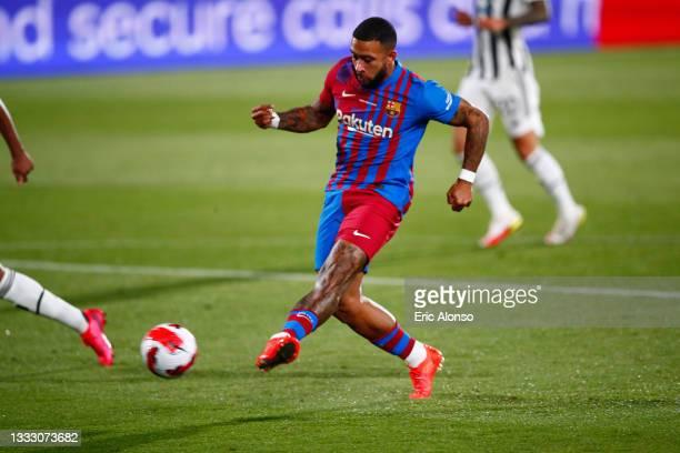 Memphis Depay FC Barcelona scores his side's first goal during the Joan Gamper Trophy match between FC Barcelona and Juventus at Estadi Johan Cruyff...