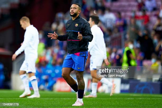 Memphis Depay of FC Barcelona comes onto the pitch prior to the UEFA Champions League group E match between FC Barcelona and Dinamo Kiev at Camp Nou...