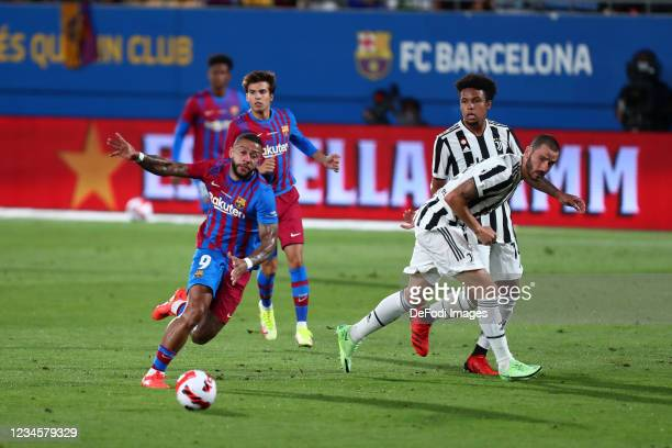 Memphis Depay of FC Barcelona controls the ball during the Torneig Gamper Final - Friendly Match between FC Barcelona and Juventus at Estadi Johan...