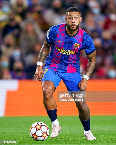 Memphis Depay of FC Barcelona controls the ball during the UEFA Champions League group E match between FC Barcelona and Dinamo Kiev at Camp Nou on...