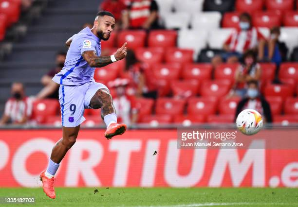 Memphis Depay of FC Barcelona scores his sides first goal during the LaLiga Santander match between Athletic Club and FC Barcelona at San Mames...