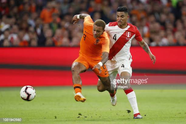 Memphis Depay of Holland Anderson Santamaria of Peru during the International friendly match match between The Netherlands and Peru at the Johan...