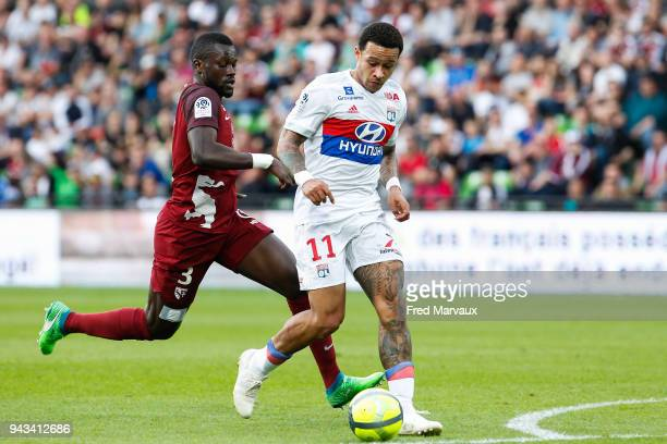 Memphis Depay of Lyon scores a goal during the Ligue 1 match between Metz and Olympique Lyonnais at on April 8 2018 in Metz