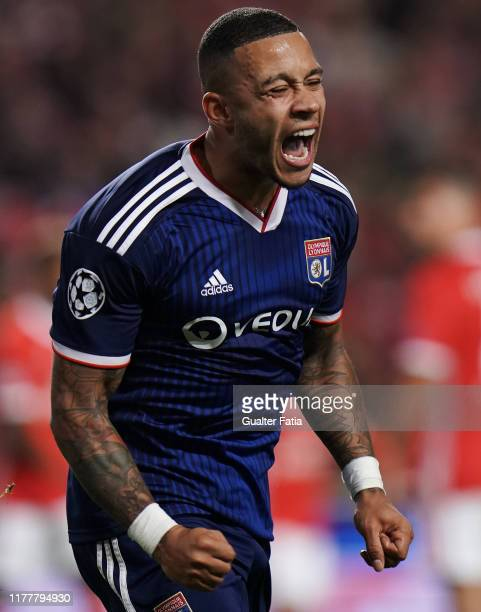 Memphis Depay of Olympique Lyonnais celebrates after scoring a goal during the UEFA Champions League Group G match between SL Benfica and Olympique...