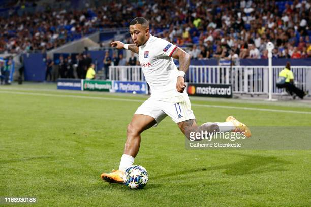 Memphis Depay of Olympique Lyonnais shoots the ball during the UEFA Champions League group G match between Olympique Lyon and Zenit St Petersburg at...
