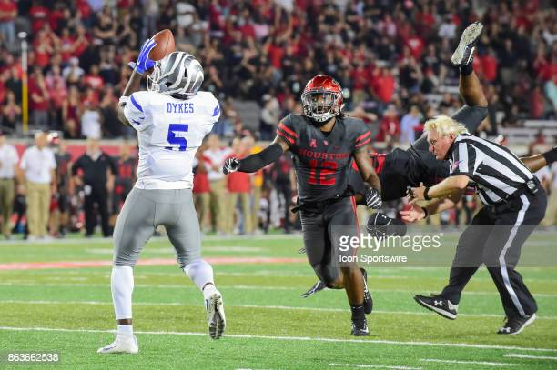 Memphis Tigers tight end Sean Dykes grabs a second half touchdown pass as Houston Cougars linebacker Austin Robinson takes out umpire Kenneth...