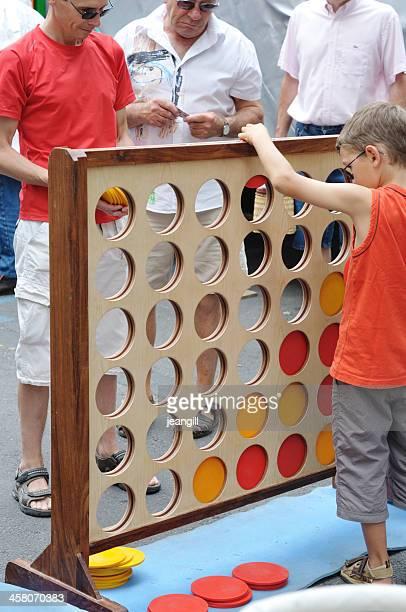 Hombre y niño jugando juegos al aire libre