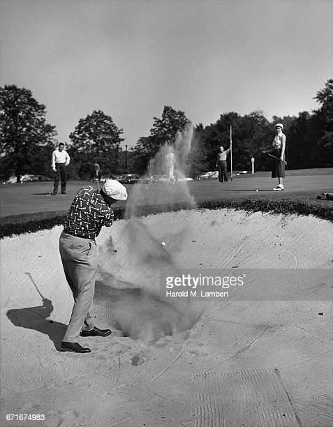 men and woman playing golf  - {{ contactusnotification.cta }} stockfoto's en -beelden