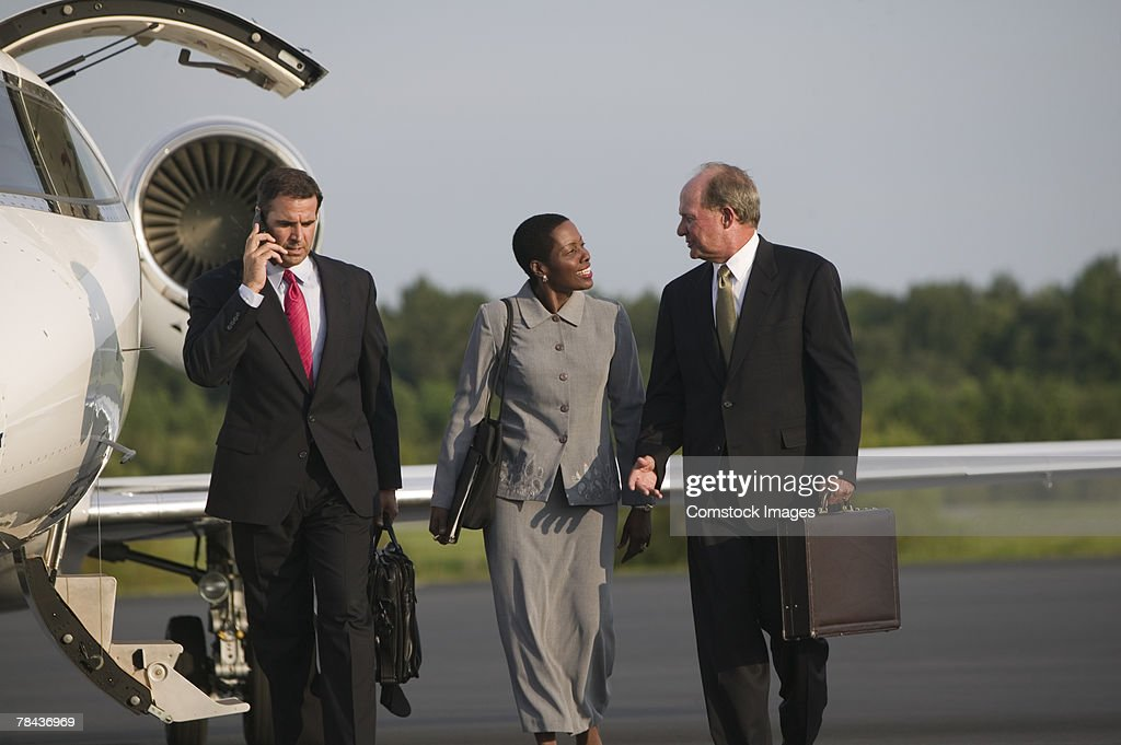 Men and woman talking near airplane : Stockfoto